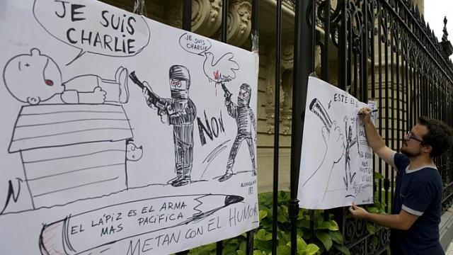 Bức vẽ ủng hộ Charlie Hebdo treo trước cửa đại sứ quán Pháp tại Buenos Aires, Argentina. Ảnh: AFP