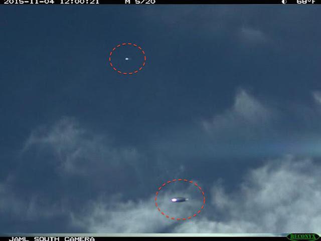 Bức ảnh cho thấy hai UFO