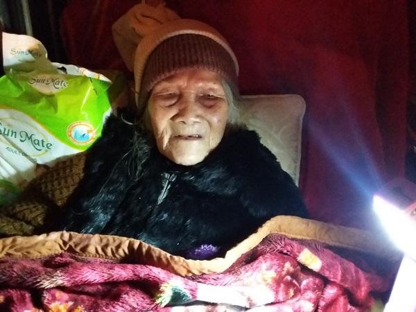 Gương mặt khắc khổ của người phụ nữ đã ở cái tuổi gần đất xa trởi nhưng phải chịu nghịch cảnh xót xa.
