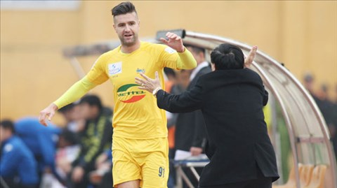 Còn Van Bakel đang trong quá trình luyện tập chuẩn bị cho giai đoạn tiếp theo của V-League.