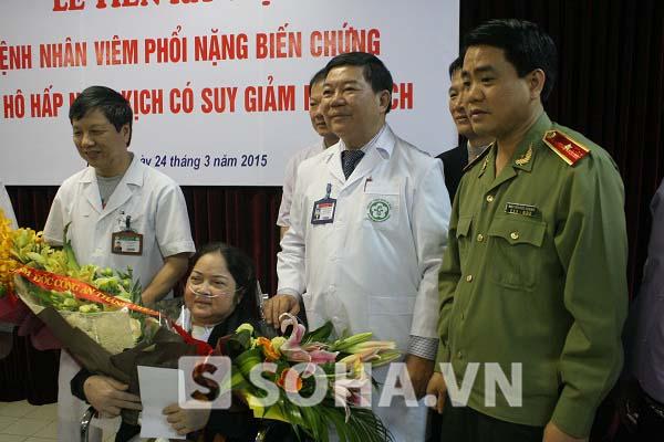 Bệnh nhân Đỗ Thị Lượng chụp ảnh lưu niệm cùng Thiếu tướng Nguyễn Đức Chung - Giám đốc Công an TP. Hà Nội và lãnh đạo Bệnh viện Bạch Mai trong ngày xuất viện