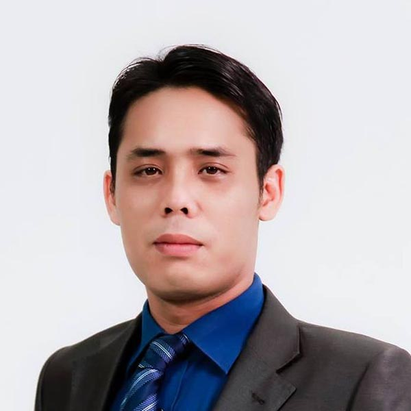 Trần Thông sinh năm 1976 tại Hà Nội. Anh từng là sinh viên trường Đại học Bách Khoa Hà Nội và là một chuyên gia công nghệ thông tin, làm công tác bảo mật tại một ngân hàng lớn.