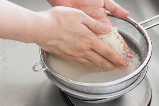 Vo gạo quá kỹ cũng là một sai lầm nhiều người mắc phải.