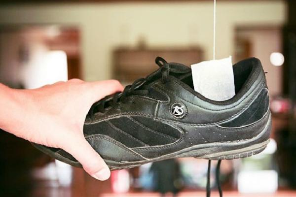 Bỏ túi trà lọc vào giày giúp khử mùi hôi