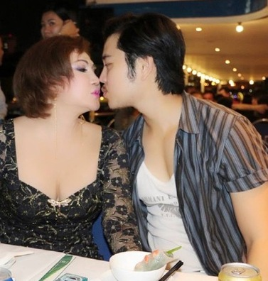 Đi ăn nhà hàng cả hai cũng tặng nhau những nụ hôn ngọt ngào.