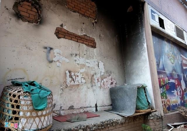 Các bức tường loang lổ, nham nhở theo thời gian. Sau vụ cháy năm 2009, khu vực nhà hàng thuộc TTTM này đã trở thành nơi kinh doanh gia cầm, để lồng nhốt gà. (Ảnh: Zing)