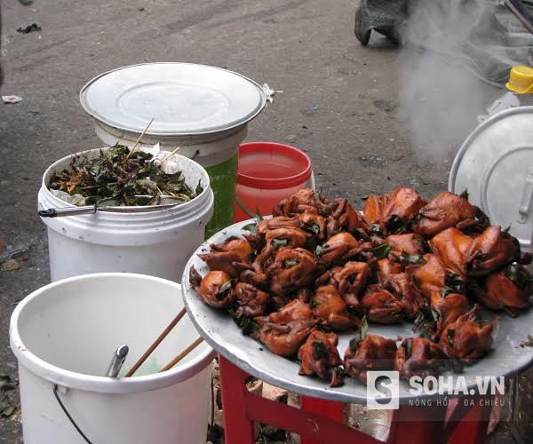 Những mâm chim quay được bày bán ngay cạnh thùng rác thải hôi thối, gây mất mỹ quan và vệ sinh an toàn thực phẩm.