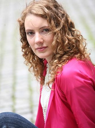 Lớn lên, cô theo học ở Trường nghệ thuật Radford và sau đó lấy bằng cử nhân nghệ thuật biểu diễn tại Trường Đại học Wollongong, Úc.