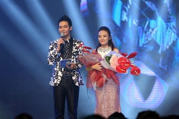 Năm 2010, Quốc Thiên (Quán quân Vietnam Idol 2008) cũng không biểu diễn trong đêm vinh danh Uyên Linh.