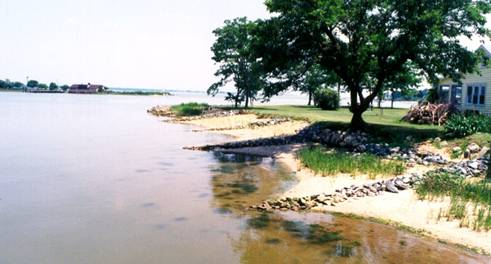Bờ sông nơi xác William Colby được tìm thấy. Phía xa bên phải là nhà ông.