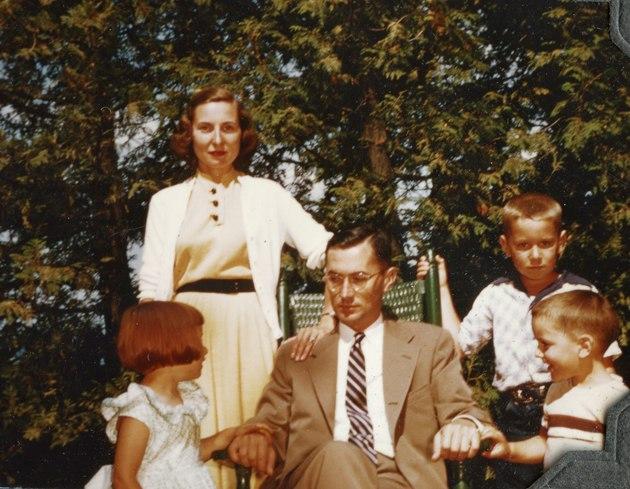 Ảnh chụp gia đình William Colby. Từ trái sang: con gái Catherine, vợ Barbara, William Colby, hai con trai Jonathan và Carl.