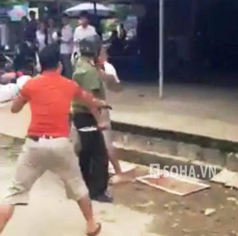 Trong lúc ẩu đả, người mặc sắc phục công an bất ngờ rút con dao trong người ra đe dọa và đâm về phía tài xế xe tải