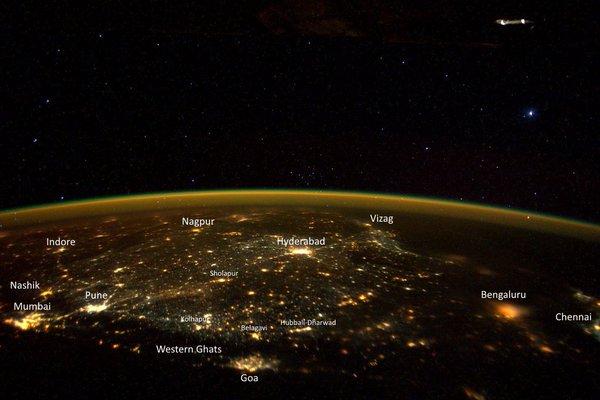 Phi hành gia còn ước tính khoảng cách từ vật thể lạ này tới trạm không gian là 150- 200 mét. Còn vật thể này dài khoảng 25 mét