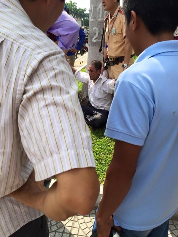 Người đàn ông mặc áo trăng được cho rằng là người cướp xe tại chốt xử lý giao thông?