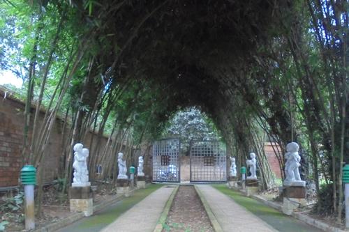 Đây là khu vườn của một đại gia đất Bắc được thiết kế theo kiểu kiến trúc cổ châu Âu, đặc trưng của nhiều công viên nổi tiếng trên thế giới. Hai bên lề lối đi thiết kế với hàng tượng độc đáo.