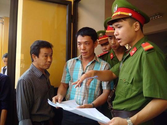 Anh Nguyễn Hữu Huy (ão ca rô), chồng chị Huyền. Ảnh: Người lao động