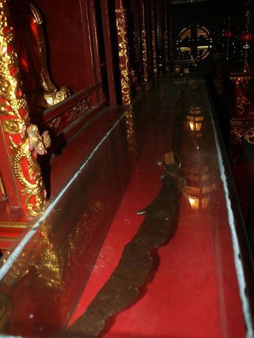 Thanh đao này dài tới 2,55m, trọng lượng ước tính khi chưa bị han rỉ, sứt mẻ lên tới hơn 30kg.