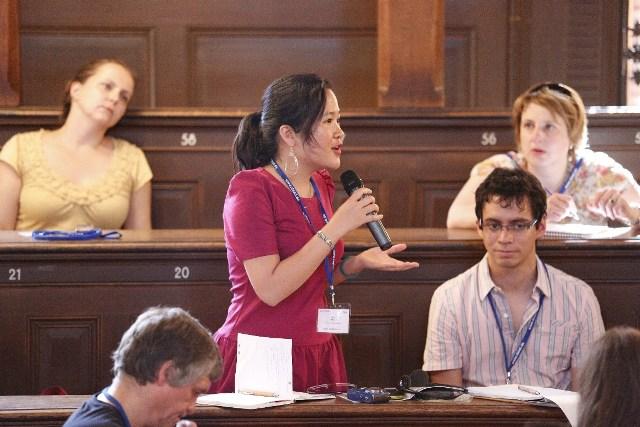 Minh Châu đặt câu hỏi cho Bộ trưởng Bộ phát triển của Đức trong một cuộc hội thảo