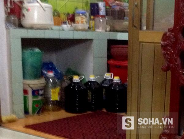 Những can dầu đen được các hộ buôn mua về với giá 15.000 đồng/lít, rẻ hơn nhiều so với dầu bình thường.