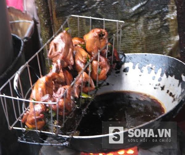 Chảo dầu chiên đen ngòm tại chợ Ninh Hiệp (Gia Lâm - Hà Nội).
