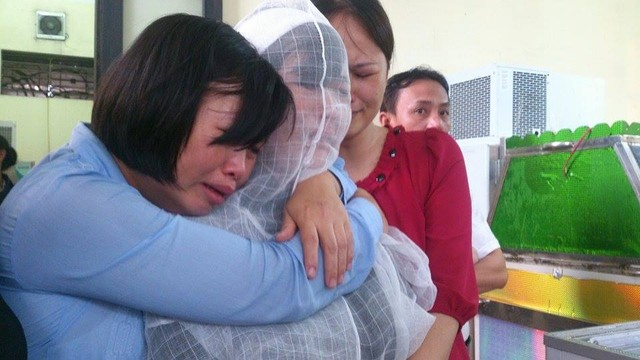 Người thân đau đớn trước thi thể 8 nạn nhân xấu số. Ảnh: Gia đình & Xã hội