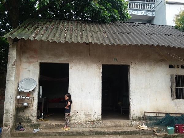 Ngôi nhà cấp 4 nơi vợ chồng anh Sinh và 3 đứa con sống qua ngày.