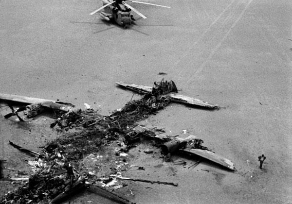 Chiến dịch Móng vuốt đại bàng không giải cứu được con tin nào mà còn khiến Mỹ tổn thất 1 máy bay vận tải C-130 và 8 trực thăng RH-53.