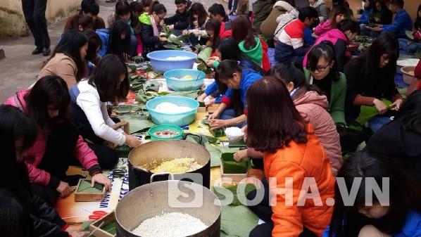 Sinh viên ĐH Đại Nam tự tay gói bánh chưng để trao cho người nghèo.