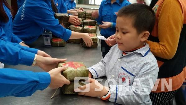 Trao món quà nhỏ tận tay bệnh nhi, bệnh nhân nghèo.