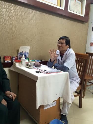 Giáo sư Nguyễn Văn Đề đang giải thích về amip.