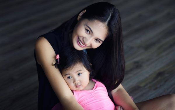 Hiện tại, Hương Giang và người chồng giỏi giang đã có 1 bé gái đầu lòng ngoan ngoãn, kháu khỉnh.
