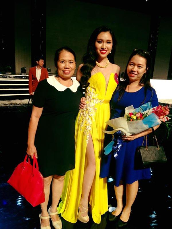 Gia đình tới ủng hộ Thanh Huyền trong đêm bán kết.