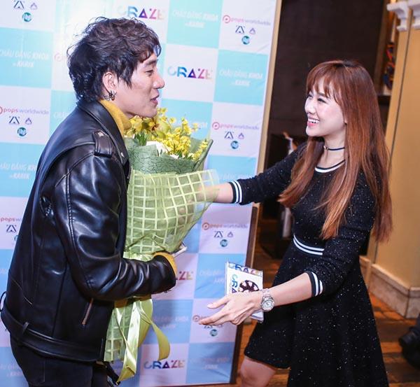 Vừa đáp chuyến bay từ Hà Nội về TP. HCM, Hari Won đã đến để chúc mừng Châu Đăng Khoa có 1 bước tiến mới trong sự nghiệp.