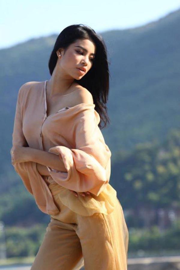 Phạm Thị Hương sinh năm 1991 tại Hải Phòng. Cô đạt danh hiệu Á hậu 1 Hoa hậu thể Thao thế giới 2014 khi vừa tròn 23 tuổi.