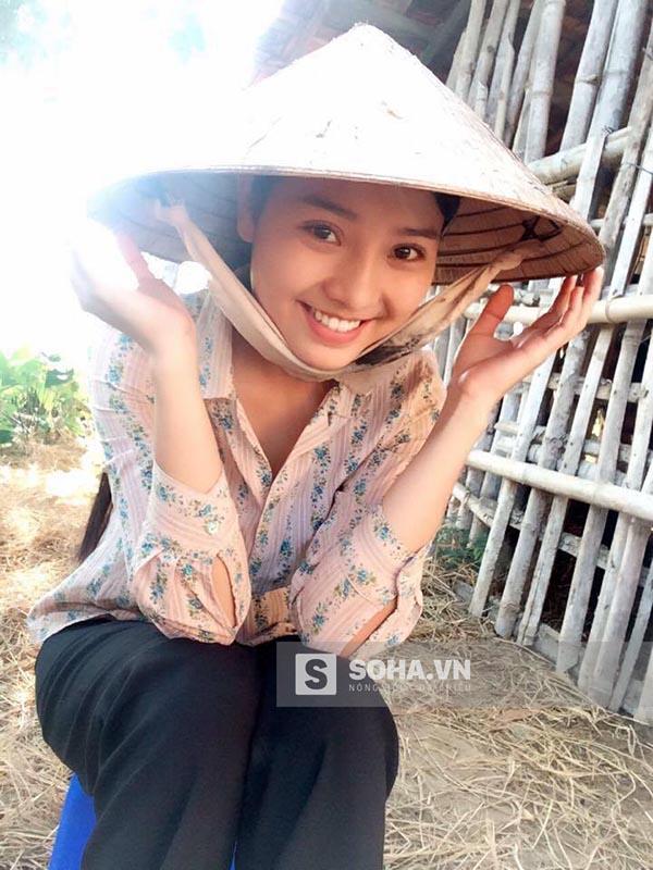 Hình ảnh hậu trường của Khánh Hiền trong phim Tôi thấy hoa vàng trên cỏ xanh. 