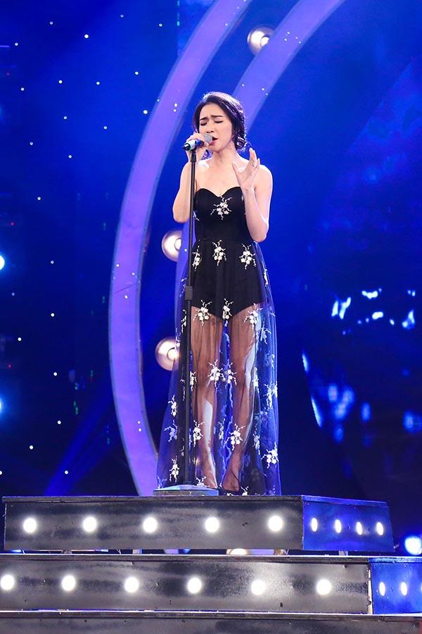 Lúc được mời ra sân khấu chính, Hoà Minzy tự tin thể hiện ca khúc Mưa nhớ của nhạc sĩ Tiên Cookie.