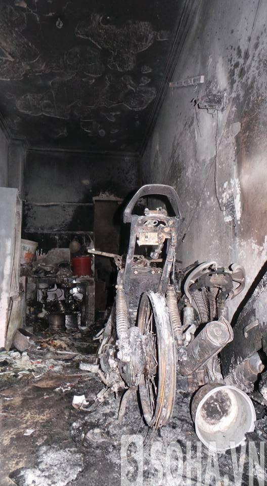 Chiếc xe còn trơ khung sau vụ cháy