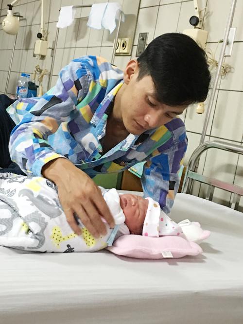 Gia đình Hạ Vy - Từ Đức Hưng vừa đón thêm 1 bé gái. Hưng hết lòng chăm sóc vợ con.