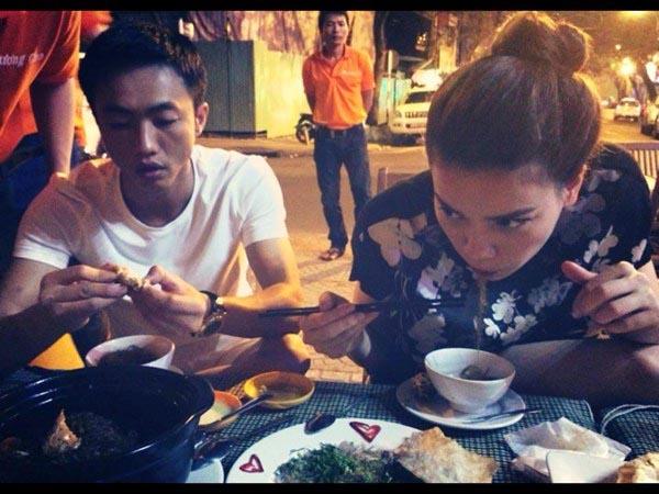 Sau đó, nhiều người còn bắt gặp Cường Đô la - Hồ Ngọc Hà đưa con trai đi xem show dành cho thiếu nhi và ăn uống cùng nhau trong 1 chuyến đi Hà Nội.