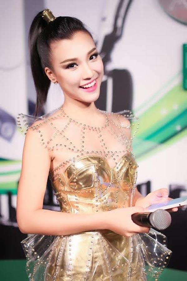Với giọng nói lưu loát, dễ gây thiện cảm, Hoàng Oanh đang trở thành gương mặt quen thuộc của các kênh như: VTV3, Today TV, HTV7...