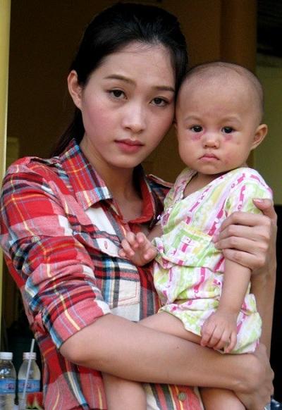 Nếu những người đẹp khác rất hạn chế việc đăng ảnh mặt mộc thì Hoa hậu Đặng Thu Thảo là trường hợp hiếm. Nếu không xuất hiện ở các sự kiện giải trí trang trọng, cô dường như rất ít sử dụng mỹ phẩm.