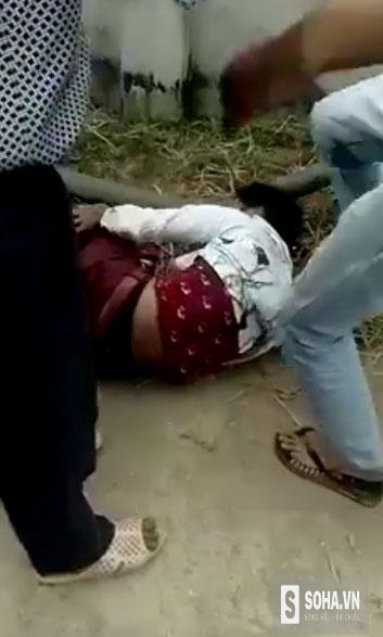 Đối tượng Nguyễn Văn Quang bị người dân đánh (ảnh cắt từ clip).