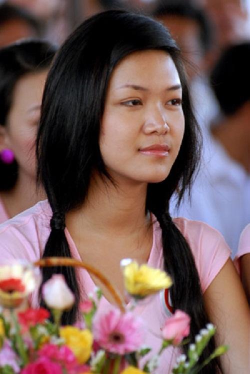 Hình ảnh này khiến người ta gợi nhớ đến Hoa hậu Việt Nam 2008 - Thùy Dung - những ngày đầu. Khi ấy, cô gái 18 tuổi vẫn còn mang vẻ ngoài giản dị, chân chất.