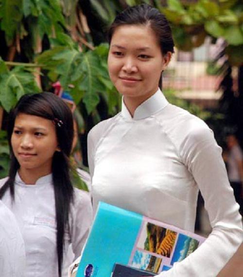 Sau khi bước ra khỏi cuộc thi và gặp lùm xùm về việc học tập, Thùy Dung cắp sách đến trường để hoàn thành khóa học. Dù đã là một Hoa hậu nhưng khi khoác lên người chiếc áo dài trắng tinh khôi của tuổi học trò, cô không hề trang điểm mà giữ nguyên nét mộc mạc vốn có.