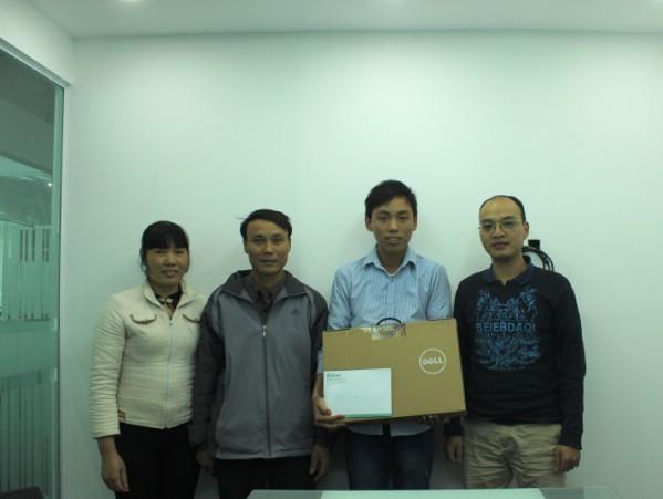 Đại diện lãnh đạo Soha News trao tặng em Hoàn chiếc máy tính -món quà nhỏ của nữ doanh nhân Linh Phượng.