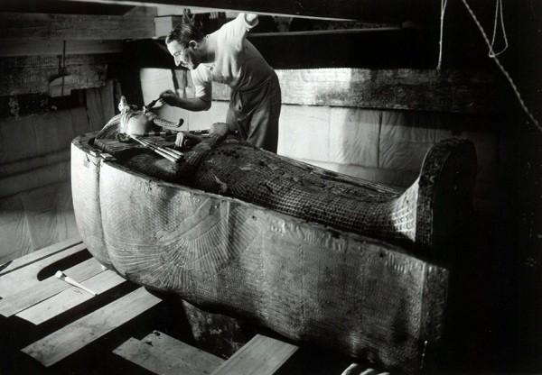 Howard Carter bên phần xác ướp của Vua Tut