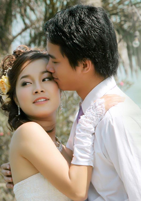 Tuy nhiên, cuối năm 2009, Minh Hương bất ngờ lên xe hoa khi vừa tròn 23 tuổi. Thông tin cô kết hôn nhận được nhiều sự quan tâm của khán giả trong nước.