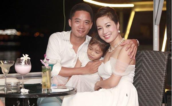 Hiểu được tính chất công việc Minh Hương theo đuổi, Lê Huỳnh thoải mái để vợ phát triển sự nghiệp diễn xuất mà không ghen tuông kể cả khi bà xã đóng cảm tình cảm với bạn diễn.