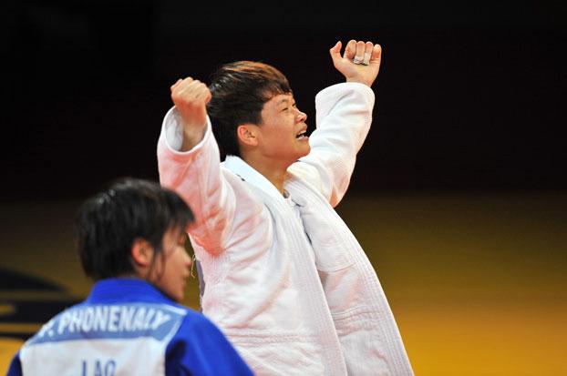 VĐV Nguyễn Thị Thanh Thủy của Việt Nam vui mừng sau khi đánh bại VĐV Lào Phonenaly Sayarath trong trận tranh huy chương vàng hạng cân 52 kg. Đây là lần đầu tiên cô gái 19 tuổi tham gia SEA Games. Thanh Thủy đã bật khóc ngay khi biết được mình giành HCV.