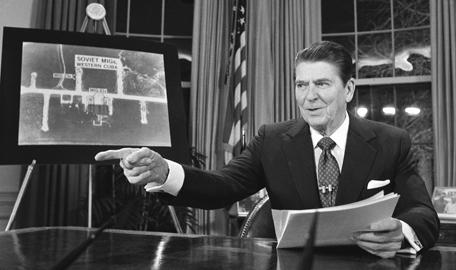 Ông Reagan trong bài phát biểu về chiến lược Chiến tranh giữa các vì sao năm 1983. Ảnh: History.com